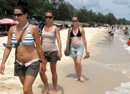 Opalanie aktywne zamiast leżenia plackiem na plaży /AFP