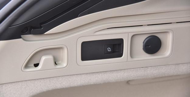 Oparcia kanapy składa się także od strony bagażnika. /Motor
