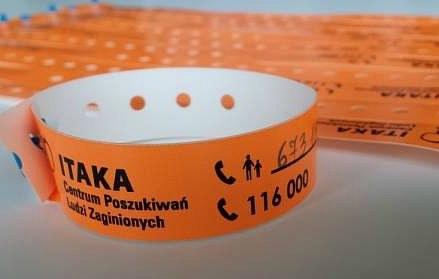 Opaski przygotowane przez Fundację ITAKA /ITAKA /