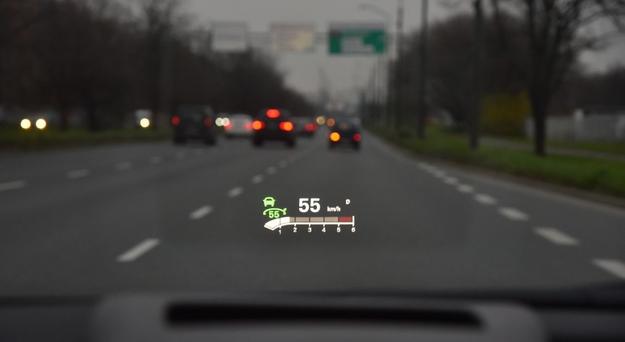 Opcjonalny wyświetlacz head-up rzuca kolorowe, bardzo czytelne dane na szybę. /Motor