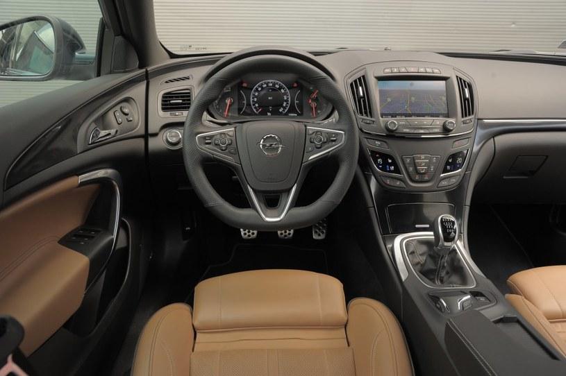 Opel Insignia 1.6 SIDI Edition Po liftingu z konsoli środkowej Insigni zniknęło często krytykowane nagromadzenie przycisków. Kierownica ma przyjemnie gruby wieniec. /Motor