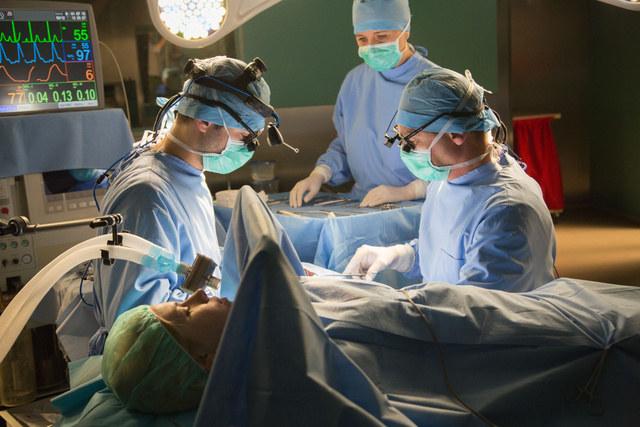Operacja zakończy się sukcesem, ale kiedy matka pacjentki dowie się, kto ją uratował, zawiadomi policję /Agencja W. Impact