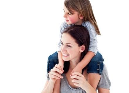 Opiekując się dzieckiem, codziennie zmuszasz swój kręgosłup do dużego wysiłku /© Panthermedia