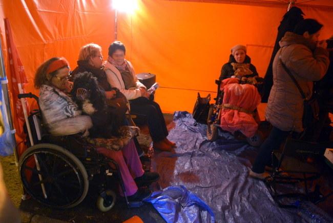 Opiekunowie dorosłych niepełnosprawnych protestują od czwartku /Radek Pietruszka /PAP