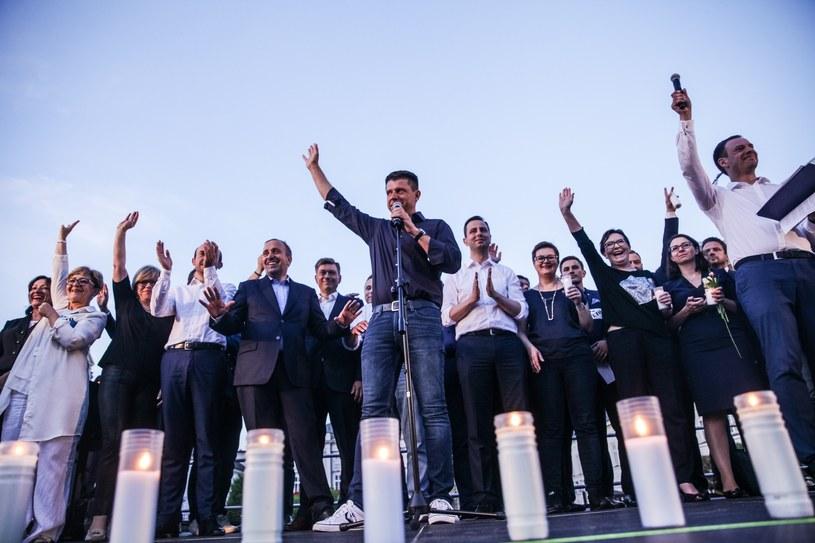 """Opozycja wspólnie podczas protestu """"Wolne sądy"""" przed Pałacem Prezydenckim /Aleksander Szmigiel /Reporter"""
