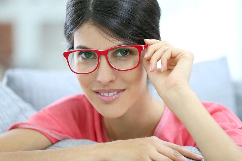 Oprawki można dobierać do koloru włosów, oczu, a nawet ubrań. /©123RF/PICSEL