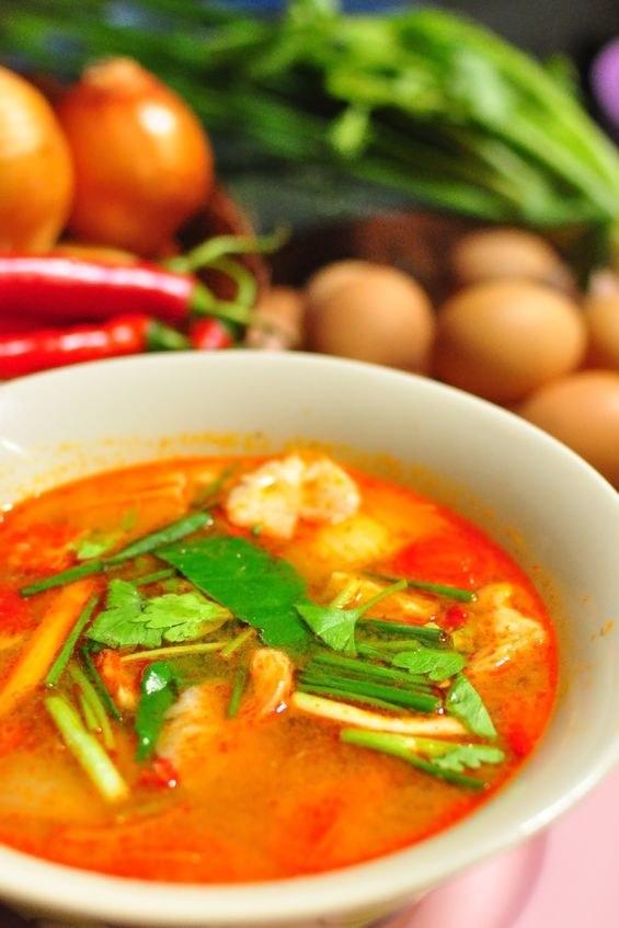 Orientalna pikantna zupa tajska z trawą cytrynową /123RF/PICSEL