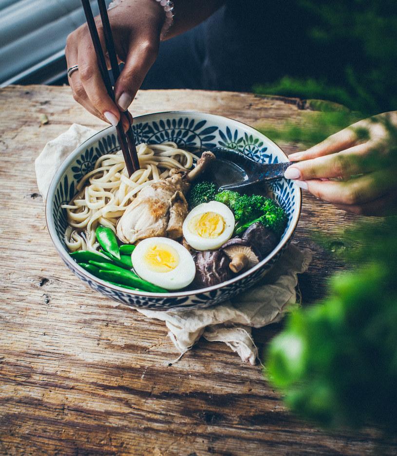 Orientalny bulion typu ramen z grzybami shiitake /materiały prasowe