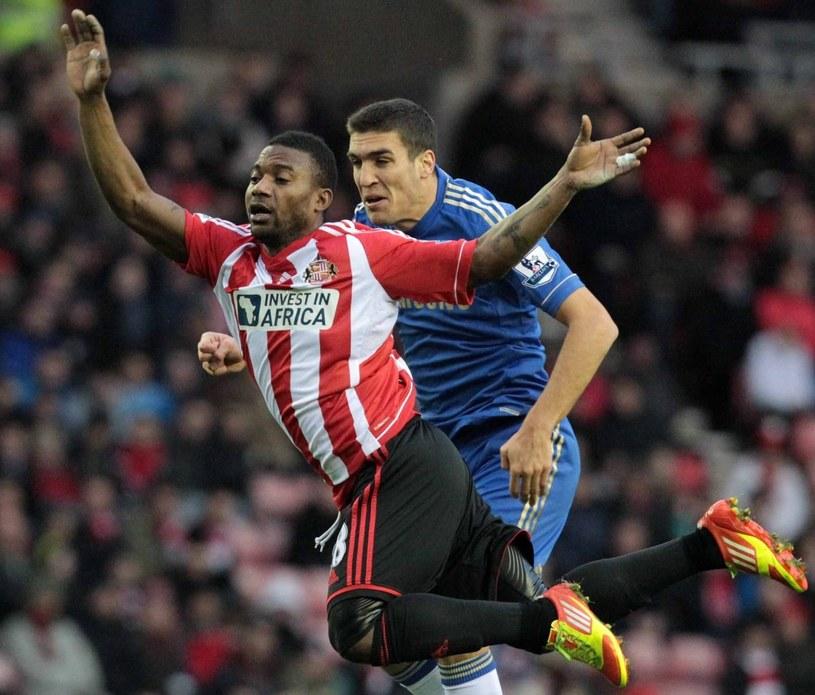 Oriol Romeu walczy o piłkę ze Stephene'em Sessegnonem z Sunderlandu /PAP/EPA