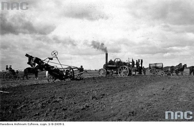 Orka ziemi w Wielkopolsce przy pomocy pługa parowego (rok 1927) /Z archiwum Narodowego Archiwum Cyfrowego