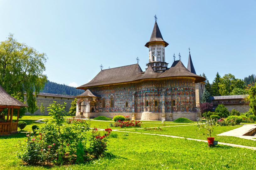 Oronny monastyr z malowaną cerkwią pod wezwaniem Zmartwychwstania znajdujący się w miejscowości Suczawica w Rumunii /123RF/PICSEL
