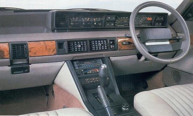 Oryginalna stylizacja tablicy przyrządów. /Rover