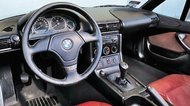 Oryginalne wnętrze nawiązuje nieco do serii E36 Compact. Wielu użytkowników narzeka, że jakość montażu jest niższa niż w większych modelach BMW. To przesada – nie jest źle. /Motor