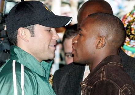 Oscar De La Hoya (z lewej) i Floyd Mayweather jr /AFP