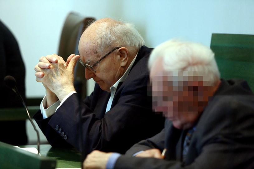 Oskarżeni, były wicepremier PRL Stanisław Kociołek (z lewej) i były dowódca batalionu blokującego bramę Stoczni Gdańskiej - Mirosław W. podczas rozprawy przed Sądem Apelacyjnym w Warszawie /Tomasz Gzell /PAP