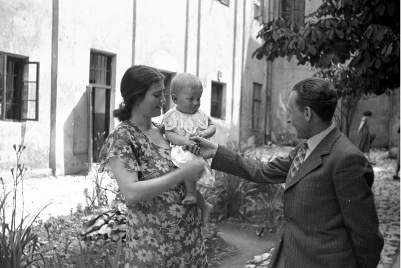 Oskarżona Rita Gorgonowa ze swoją córką Ewą na dziedzińcu więziennym, 1933 r. /Ze zbiorów Narodowego Archiwum Cyfrowego