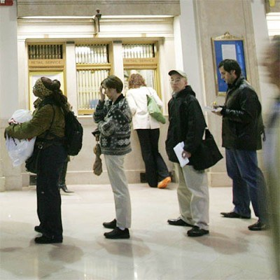 Osoba bezrobotnaw wieku ponad 45 lat będzie mogła otrzymać prawie 9 tys. zł na szkolenie. /AFP