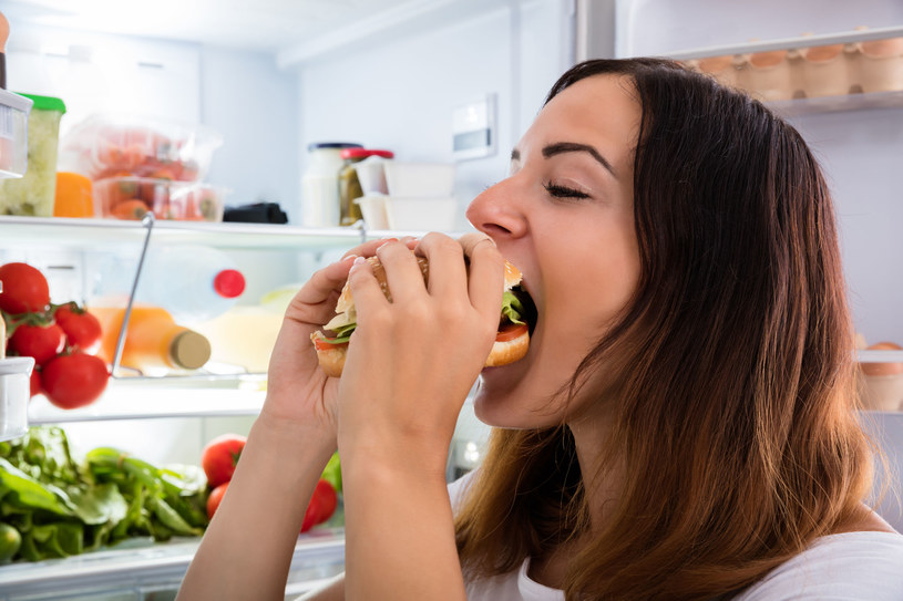 Osoba dotknięta kompulsywnym objadaniem się redukuje napięcie poprzez jedzenie /123RF/PICSEL