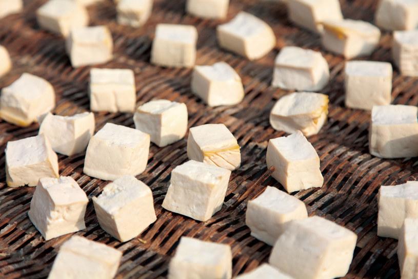 Osobom starszym, poleca się zwiększenie w diecie ilości białka roślinnego, np. produktów sojowych - tofu, mleka sojowego /123RF/PICSEL
