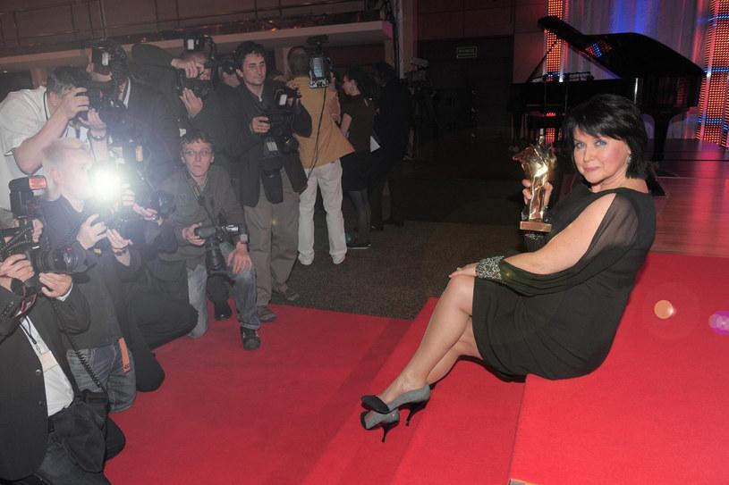 osobowość Elzbiety Jaworowicz oraz jej charakterystyczny głos dominują jej urodę. A przeciez to niezwykle atrakcyjna kobieta. Jej zgrabne nogi doczekały się nawet fanpage`u na Facebooku. /Wojciech Olszanka /East News