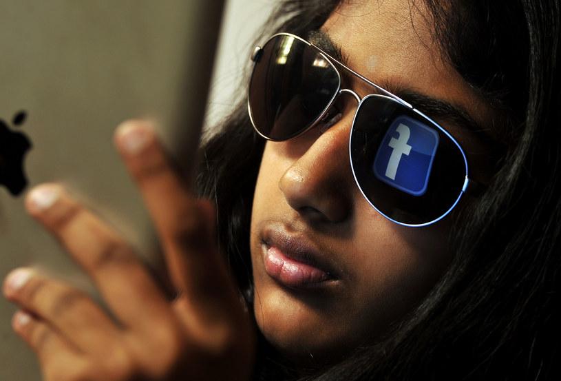 Osoby korzystające z Facebooka i innych portali społecznościowych czują się bardziej nieszczęśliwe. /AFP
