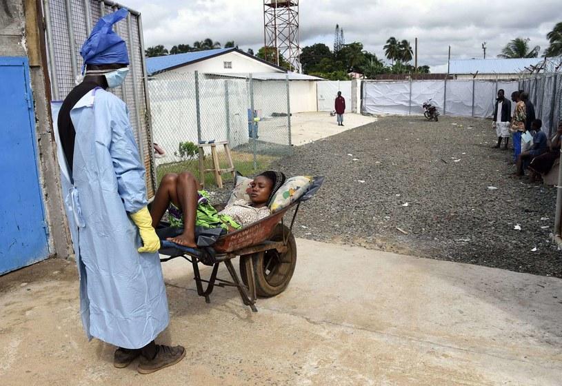 Osoby, które przeżyły ebolę, w wielu przypadkach straciły rodzinę i pracę /AFP