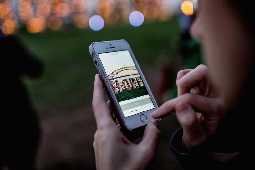 Osoby między 18. a 24. rokiem życia zaglądają do telefonu 82 razy każdego dnia /Getty Images