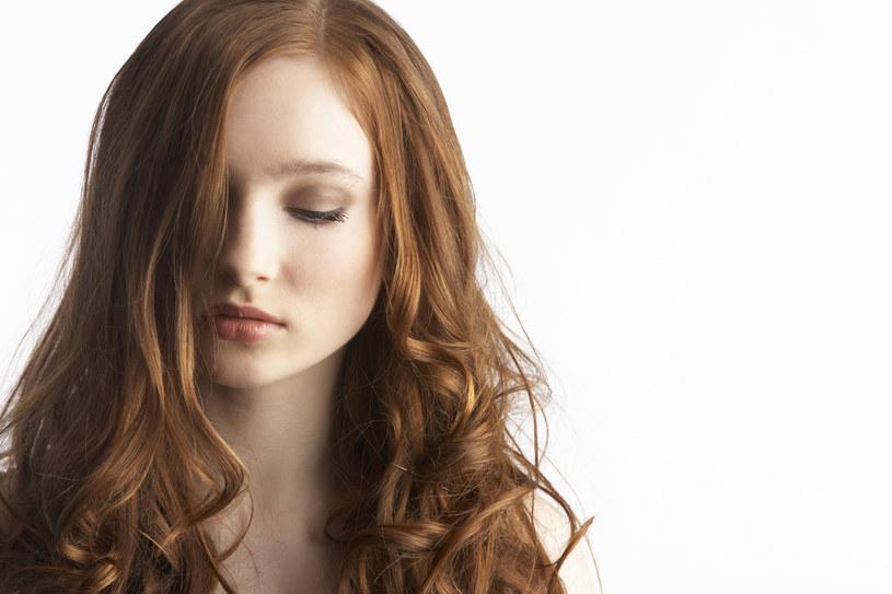 Osoby rudowłose są bardziej narażone na wystąpienie czerniaka /© Glowimages