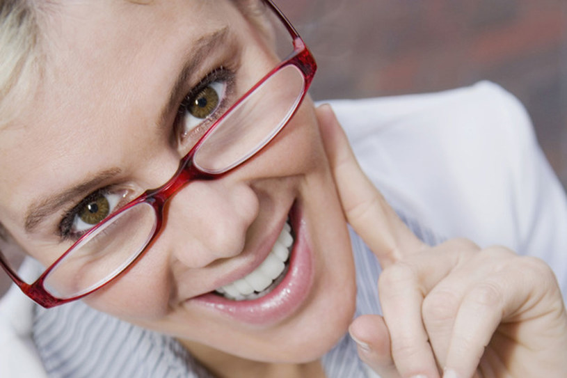 Osoby z krótkowzrocznością są leczone przy pomocy okularów korekcyjnych oraz soczewek kontaktowych /© Photogenica/Glow Images