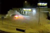 Ostatecznie BMW zatrzymało się dopiero przed wejściem do pobliskiego sklepu /