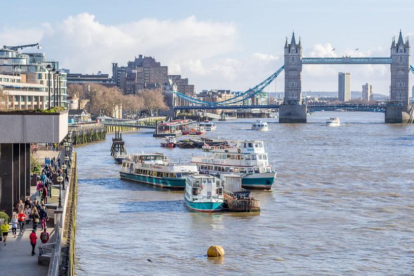 Ostatni punkt na trasie to Tower Bridge. Kiedy 50 figurek Paddingtona, które angielskie gwiazdy zaprojektowały z okazji premiery filmu, trafiło do Londynu, przez kilka dni wszystkie stały właśnie na tym moście /123RF/PICSEL
