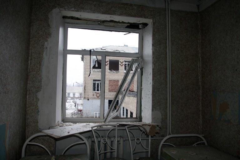 Ostrzelana szkoła w Doniecku /AFP