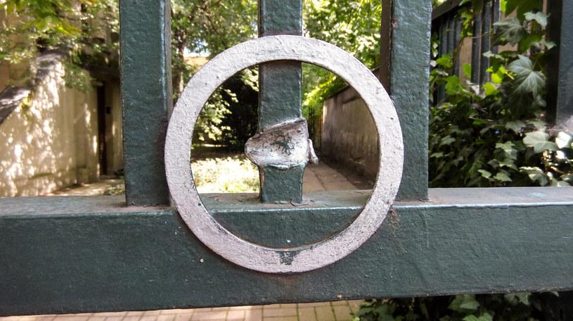 Ostrzelane ogrodzenie przy ul. Francuskiej 4 /Styl.pl
