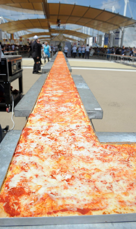 Oto najdłuższa pizza na świecie /DANIELE MASCOLO /PAP/EPA