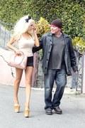 Oto najnowsze zdjęcia 18-letniej Courtney Stodden i jej 52-letniego męża Douga Hutchinsona zrobione pod domem pary w Hollywood. Jak myślicie, w takim obuwiu da się chodzić?