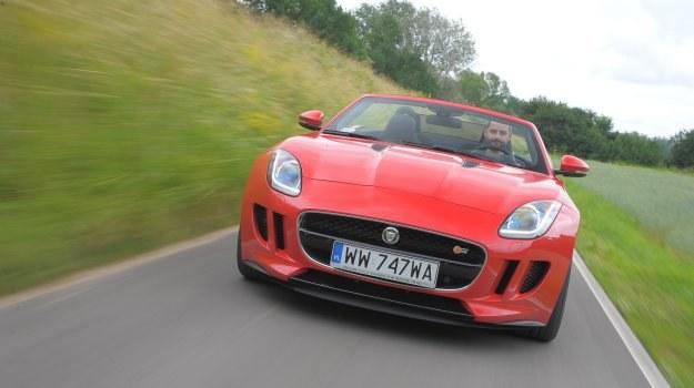 Oto pierwszy od lat sportowy Jaguar. Dotychczas najwięcej emocji budził model XKR-S o mocy 550 KM, oferujący osiągi zbliżone do F-Type'a. Z masą 1,9 t i długością 4,8 m jest on jednak typowym GT i daleko mu do sportowego prowadzenia – to jest domeną F-Type'a. /Motor