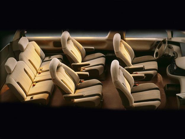 Oto zdjęcie Ilustrujące układ wnętrza. Indywidualne fotele w środkowym rzędzie zastąpić można trzyosobową kanapą. /Toyota