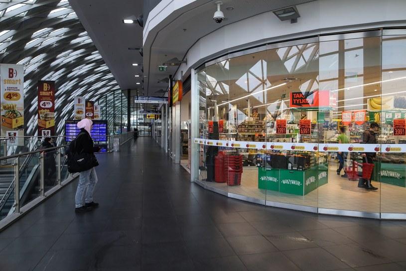 Otwarty w niedzielę sklep przy poznańskim dworcu /Adam Jastrzębowski /Reporter