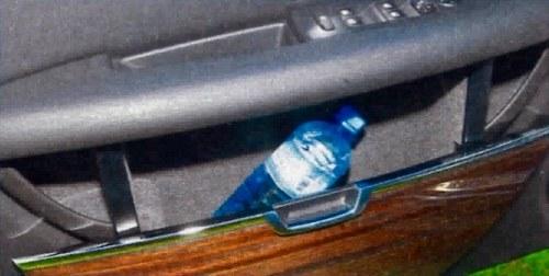 Otwieranie praktycznych schowków znajdujących się w boczkach drzwi wymaga używania sporej siły. /Motor