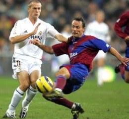 Owen i Pinillos walczą o piłkę. Real-Levante 5:0 /AFP