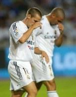 Owen i Ronaldo ze spuszczonymi głowami opuszczali stadion Montjuic /AFP
