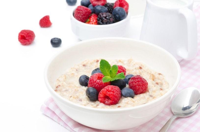 Owsianka z owocami to dobry pomysł na śniadanie /123RF/PICSEL