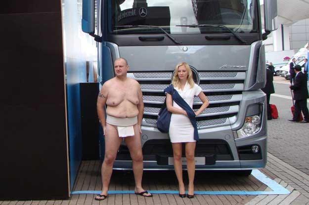 Ozdobnym (?) dodatkiem do ekspozycji ciężarówek Mercedesa byli lekko zmarznięci zawodnicy sumo /INTERIA.PL
