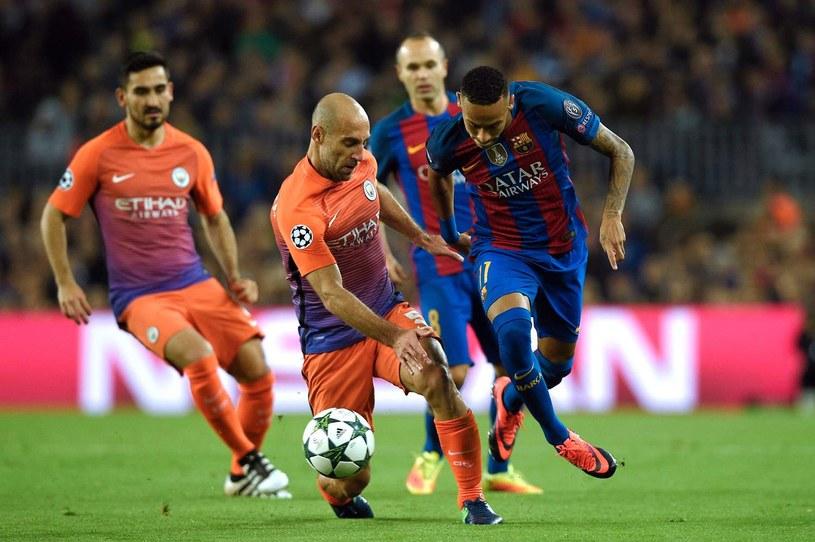 Pablo Zabaleta (w walce z Neymarem) to jeden z piłkarzy City, który ma odejść /AFP