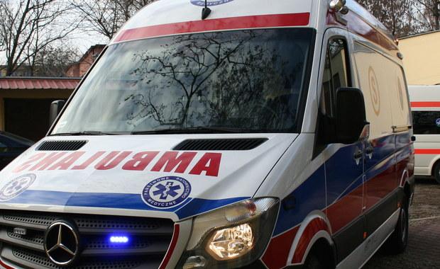 Pacjent zaatakował ratowników medycznych i zniszczył karetkę