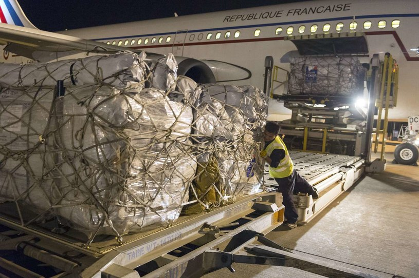 Paczki z pomocą humanitarną z Francji. /AFP