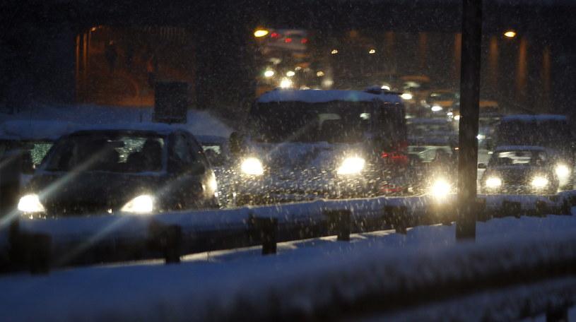Padający śnieg spowodował paraliż na wielu drogach /Andrzej Grygiel /PAP