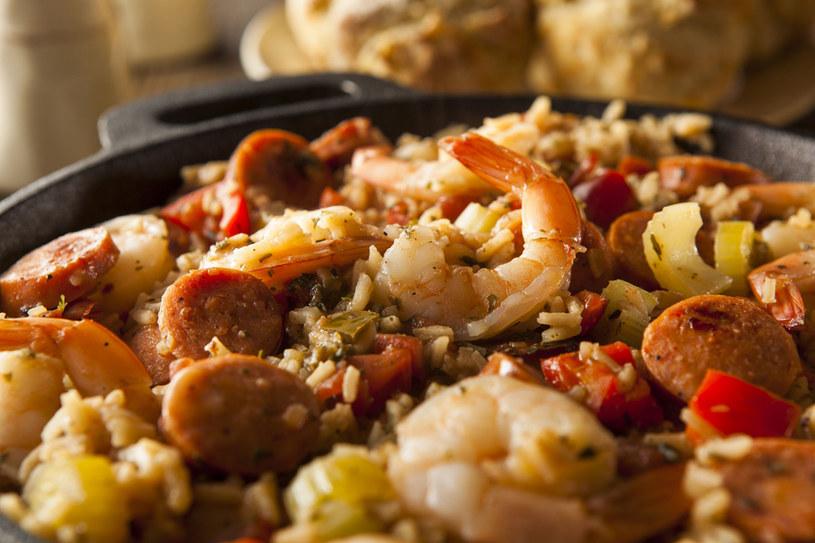 Paella z krewetkami i kiełbasą /©123RF/PICSEL