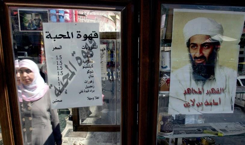 """Pakistan. """"Osama to wojownik i męczennik"""" - głosi napis na plakacie zawieszonym na witrynie. /AFP"""