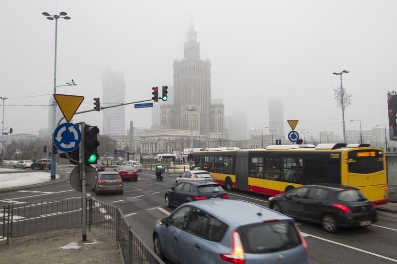 Pałac Kultury ginący w oparach smogu /Wojciech Olkuśnik /East News